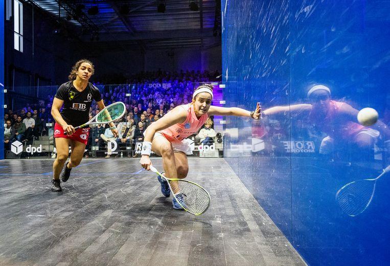 De Egyptische Nour El Tayeb (r) in actie tegen haar landgenoot en latere toernooiwinnaar Raneem el Welily. Beeld Jiri Büller
