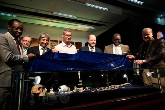 Onderzoekers met de overblijfselen van de Homo naledi.