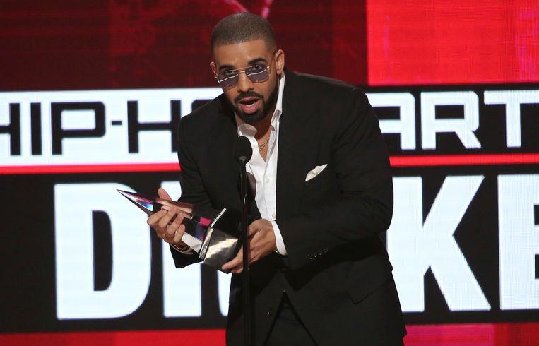 Drake ontvangt de prijs voor favoriete artiest.