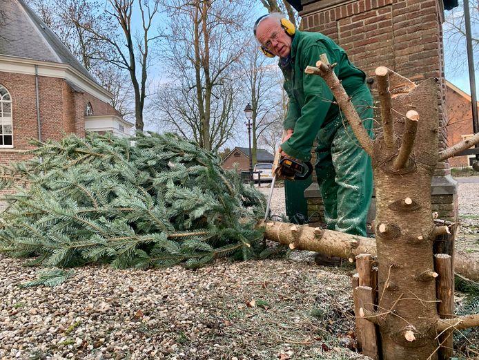 Geuf MIddelkoop, bewoner van de Dorpsstraat in Schoonrewoerd zorgt al tien jaar voor de kerstboom op het Kerkplein. Dat betekent ook steevast na de kerstdagen: aftuigen, met kettingzaag en al.