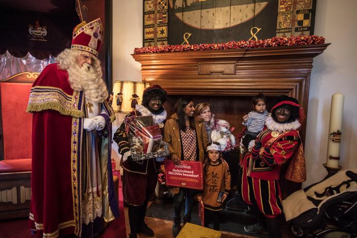 Sinterklaas ontving vorig jaar de 350.000e bezoeker in het kasteel in Helmond
