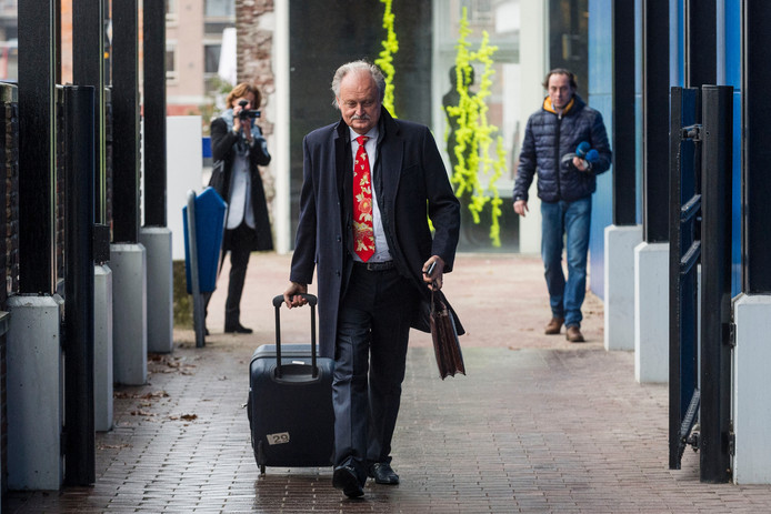 Ger Visser komt aan bij de rechtbank in Almelo