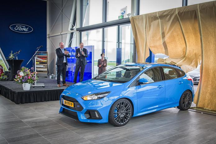 Eigenaren Wim en Peter van Putten applaudiseren in 2017 als hun zonen en burgemeester Verhulst een auto binnen rijden als openingshandeling van de Goese vestiging van Ford Van Putten.