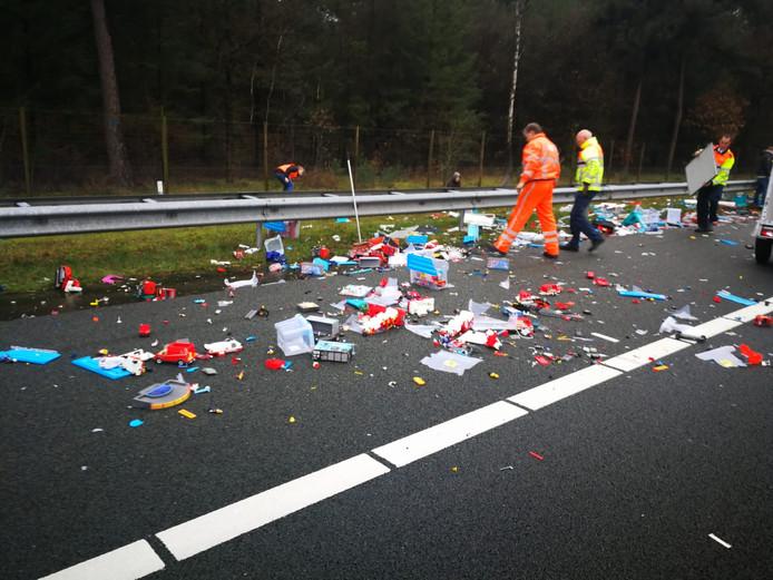Na het ongeluk lag de Playmobil-collectie verspreid over het wegdek van de A12.