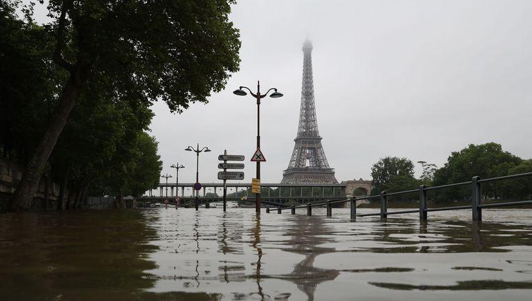 Wegen naar de Eiffeltoren zijn ondergelopen. Beeld Afp