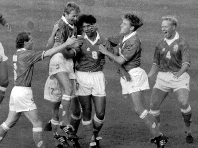 Frank Rijkaard heeft Oranje op 1-0 gezet tegen Duitsland. Ronald Koeman (r) viert mee.