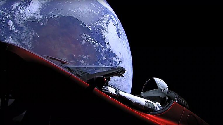 De dummy 'Starman' in zijn knalrode Tesla Roadster. Space X gaf daags na de lancering op 6 februari 2018 deze foto vrij.  De Tesla is sinds september de planeet Mars voorbij.