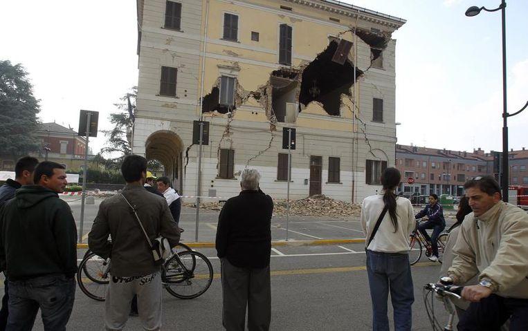 Het stadhuis van Sant-Agostino raakte beschadigd door de aardbeving. Beeld reuters