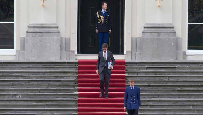 Premier Rutte vertrekt uit het Paleis Huis ten Bosch.