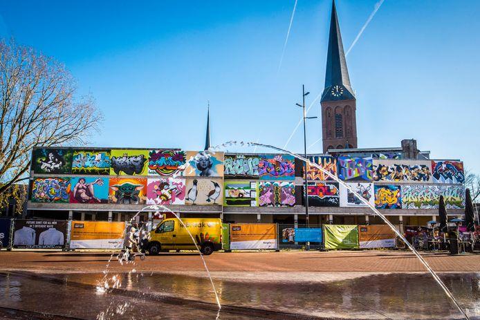 Het geheel van street-art werken aan de gevel van het Ebenaupand is schitterend.