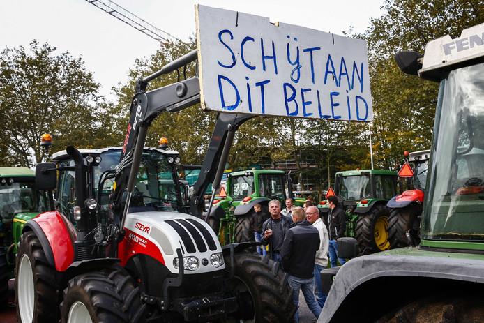 Boeren demonstreerden gisteren met tractoren bij het provinciehuis van Overijssel. Vandaag gaan ook boeren uit Limburg actievoeren.