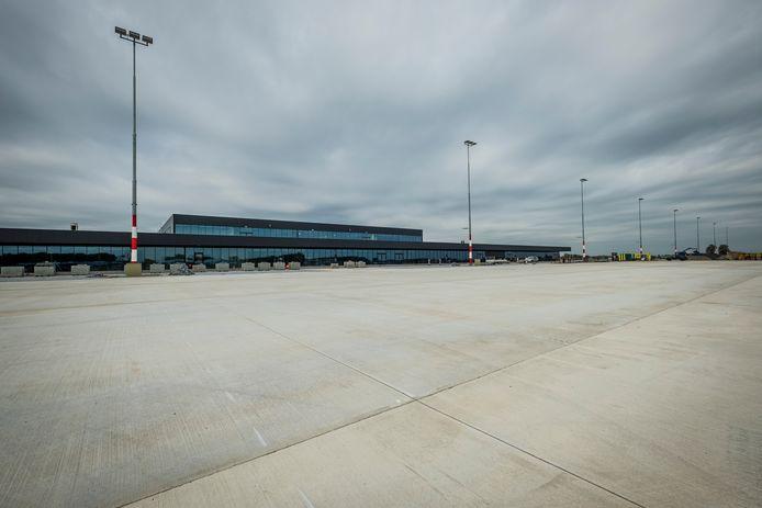 De opstelplek voor vliegtuigen bij de nieuwe terminal van Lelystad Airport.
