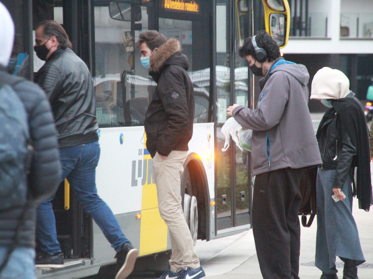 Deze busreizigers leven de mondmaskerplicht goed na