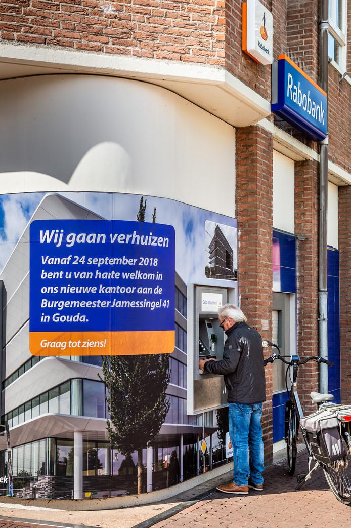 De pinautomaten van Rabobank aan de Nieuwe Markt in Gouda verhuizen per 24 september naar het nieuwe Rabobankkantoor aan de Burgemeester James-singel.