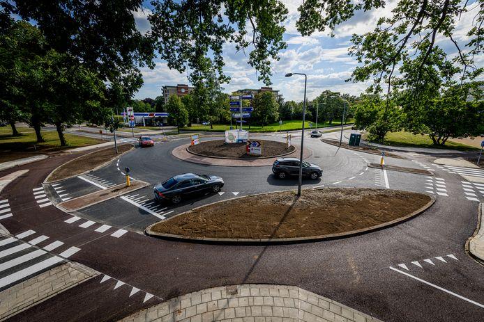 De reconstructie van de 'gevaarlijke' rotonde in de Aalderinkssingel is voltooid.