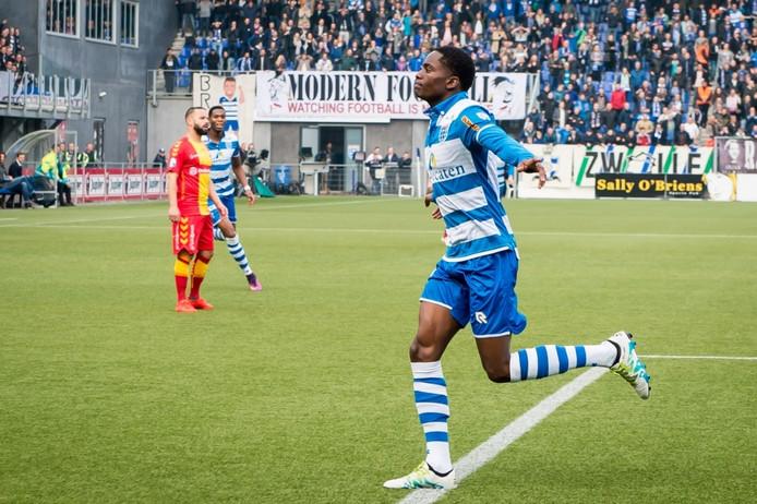 PEC-Zwolle speler Queensy Menig juicht na de 1-0, die hij twee minuten na het begin maakte. Hij maakte het snelste doelpunt ooit tijdens de IJsselderby in de eredivisie