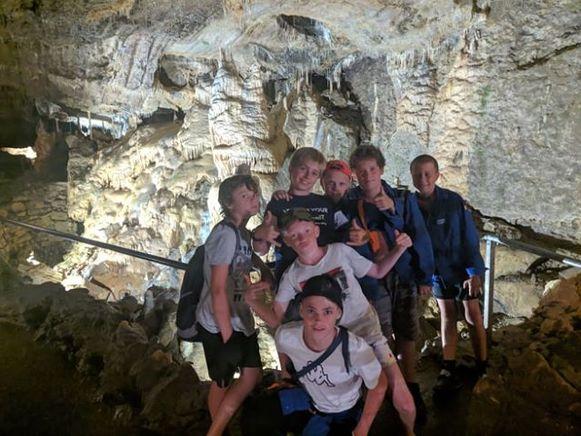 KSA Erpe zoekt verkoeling in de grotten van Hotton.