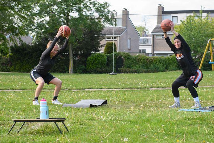 Basketball vereniging Amical houdt twee keer per week live een training via social media voor haar leden, georganiseerd door Iris Boonk en Hazal Usta.