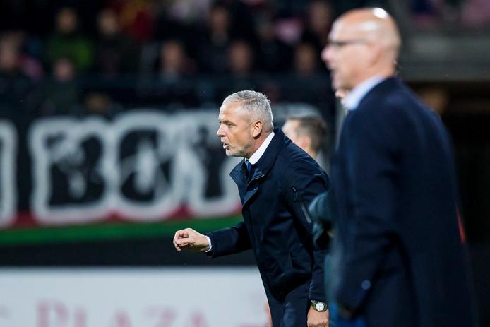 NEC-trainer Jack de Gier (links) tijdens de wedstrijd tegen TOP Oss (5-1 verlies). Op de voorgrond trainer Klaas Wels van TOP.