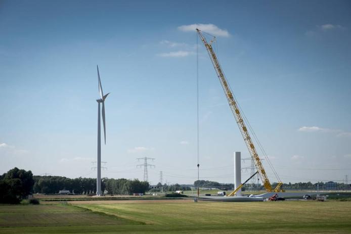 Het windmolenpark bij Oosterhout in aanbouw. Foto Erik van 't Hullenaar