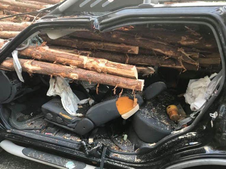 De brandweer moet 30 à 40 boomstammen doorzagen om de man te kunnen bevrijden.