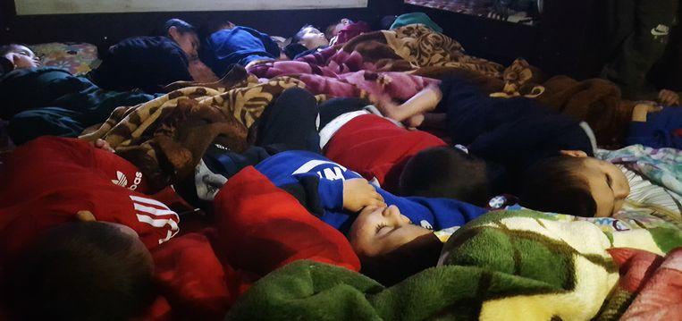 Door hun moeders achtergelaten yezidi-jongetjes doen na het eten een middagdutje in een weeshuis in Noordoost-Syrië. Beeld Hans Jaap Melissen