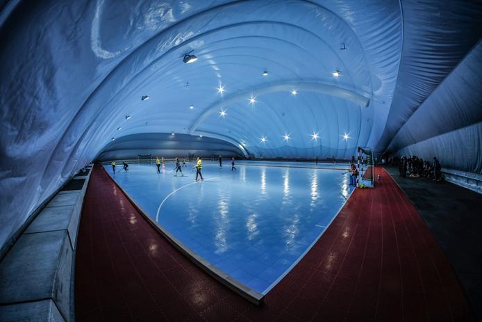 De opblaashal lijkt zowel op een zwembad als op een schaatsbaan.