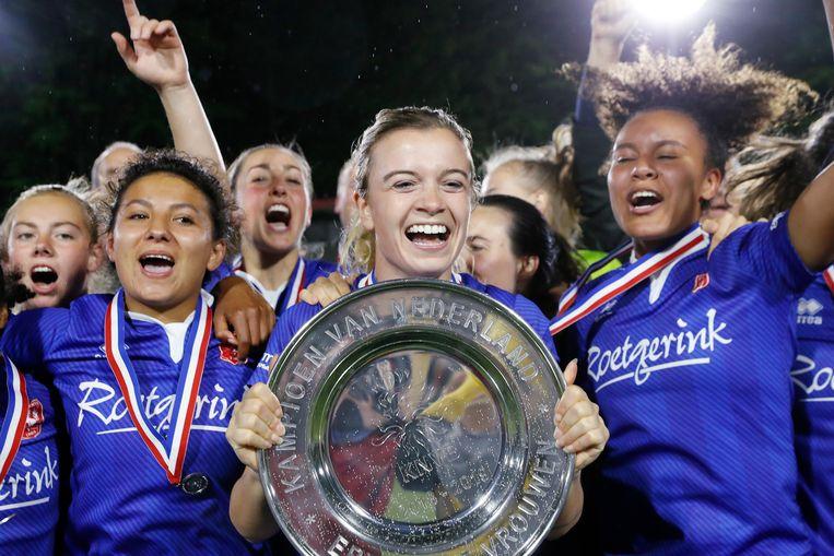 De vrouwen van FC Twente vieren het landskampioenschap. Beeld BSR Agency