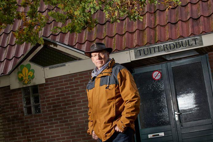 Voorzitter Pieter Corée bij het scoutinggebouw in Ruurlo.