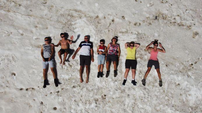 NIET OP HET STRAND Op 2800 meter hoogte in Park Ela in het Zwitserse kanton Graubünden ligt de familie Geuze in de sneeuw uit te rusten van de inspanningen op hun wandeling naar Igl Compass op 2991 meter hoogte.