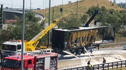 Brandende vrachtwagen op E19 geblust, snelweg blijft voorlopig nog wel afgesloten