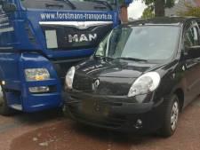 Vrachtwagen botst met auto op kruising in Vroomshoop