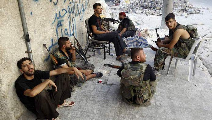 Soldaten van het Syrische leger nemen tussen de gevechten door even 'pauze' in Aleppo.