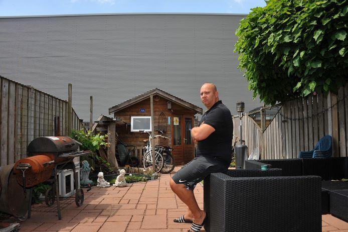 Edwin de Visser heeft een rechtszaak aangespannen tegen de bouw van een loods achter zijn woning.