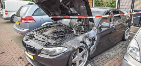 Weer gaat een auto in vlammen op in Arnhem; brandstichting volgens eigenaar