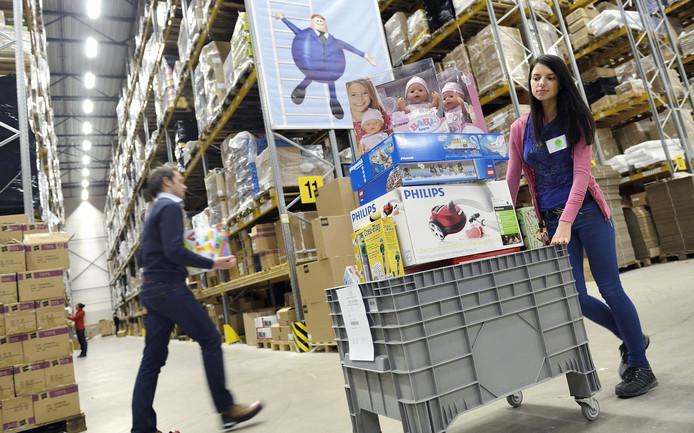 Medewerkers zijn druk bezig Bol.coms distributiecentrum te Waalwijk.