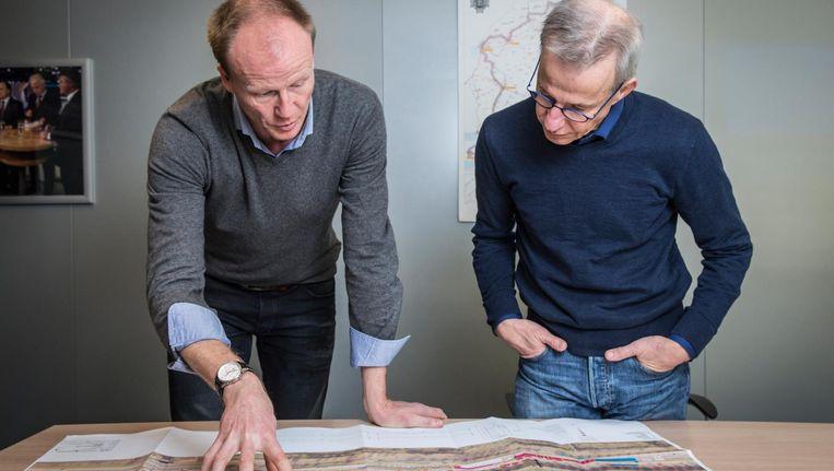 Pim Marks (rechts) in overleg met Christian Vos, die de productie-leiding van de Elfstedentocht op zich neemt Beeld Dingena Mol