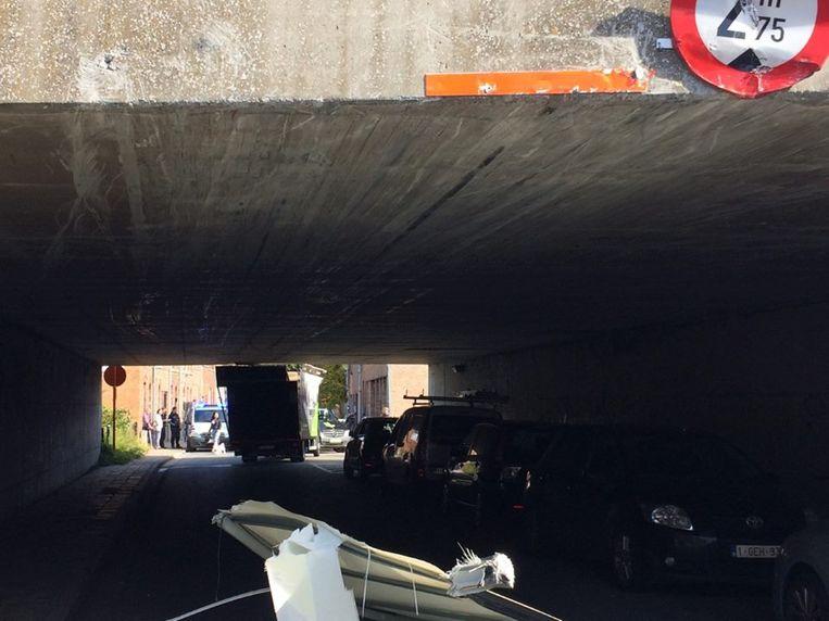 De vrachtwagen reed zijn dak er af.