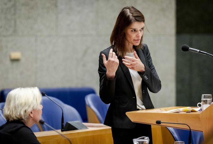 Staatssecretaris Barbara Visser van Defensie aan het woord tijdens het debat in de Tweede Kamer over de begroting van Defensie.