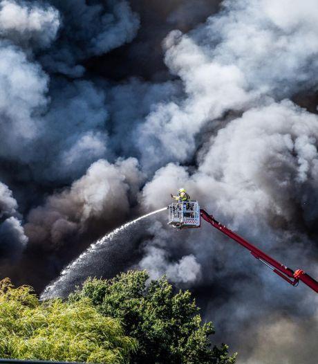 Eigenaar sloopbedrijf aangeslagen door verwoestende brand in Duiven, nablussen gaat nog uren duren