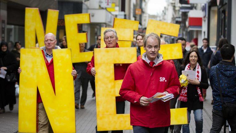 SP-Kamerlid Van Bommel tijdens een campagne tegen het tekenen van het associatieverdrag met Oekraïne. Beeld anp
