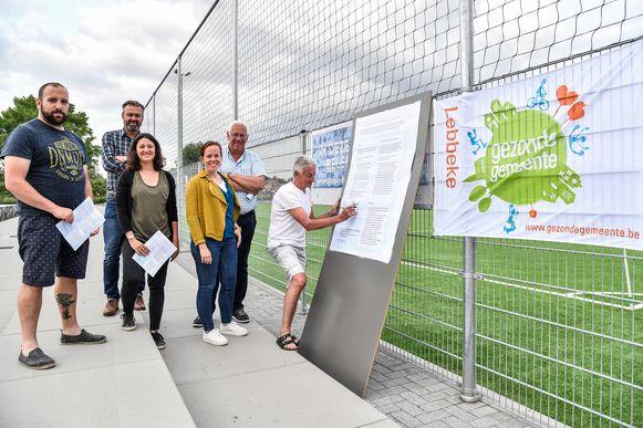 Afgevaardigden van de clubs die actief zijn op de sportcampus ondertekenen het charter 'Generatie Rookvrij'.