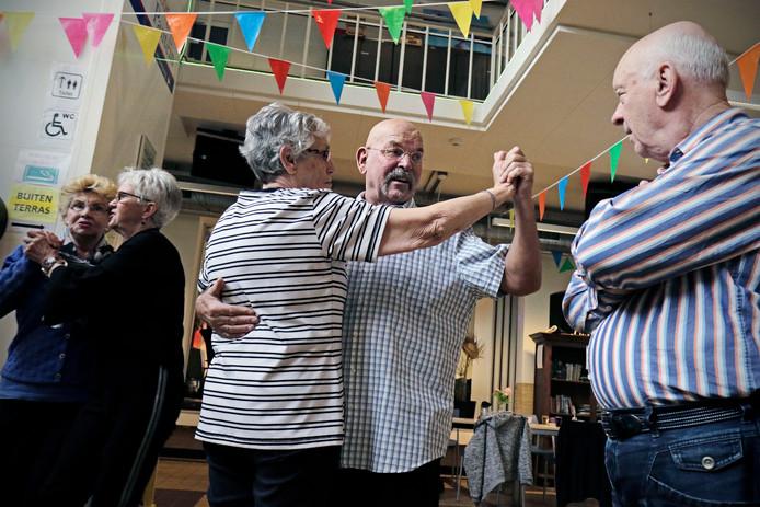 Cor van Rongen geeft dansles in het wijkcentrum van Schadewijk.