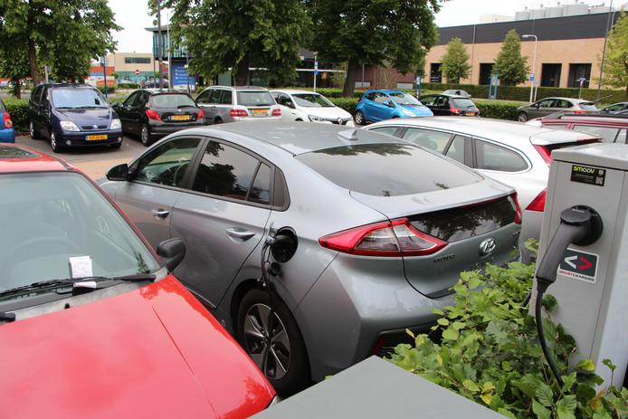 Benzineauto als foutparkeerder bij elektrisch laadpunt bij gemeentehuis van Berkelland, met waarschuwing onder de ruitenwisser.