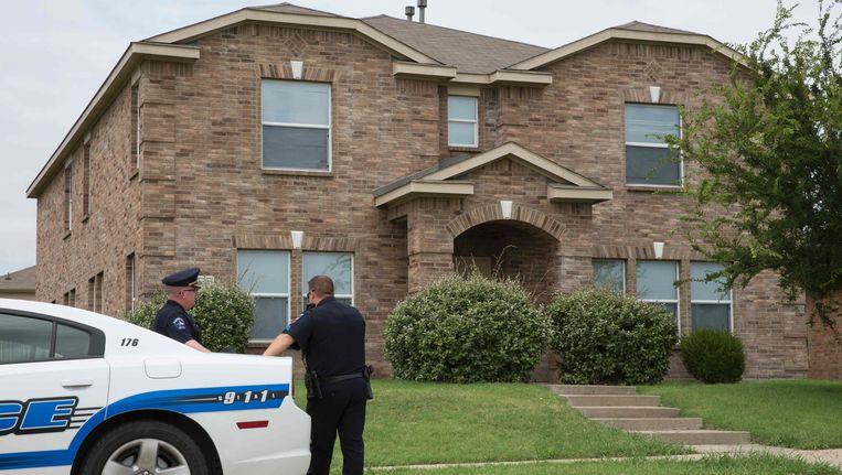 Agenten bij het huis van Micah Johnson in Mesquite, een buitenwijk van Dallas, in Texas. Beeld afp