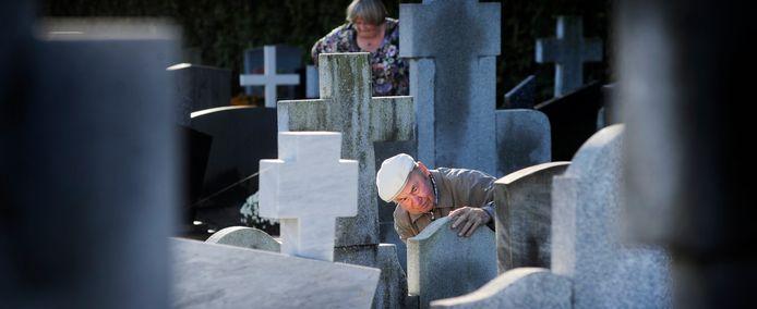 Aan de vooravond van Allerzielen worden de graven weer netjes gemaakt, zoals hier in Eerde , in 2013.