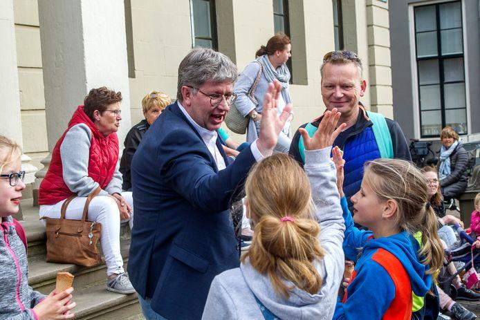 Erik Stegink, neemt hier als plaatsvervangend voorzitter van de gemeenteraad de honneurs waar voor de burgemeester bij het defilé van de Avondvierdaagse op het Grote Kerkhof.