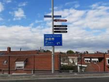 Blauwe borden wijzen toeristen de weg in Yerseke