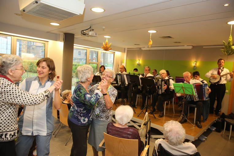 De bewoners gingen meteen aan het dansen tijdens het optreden.