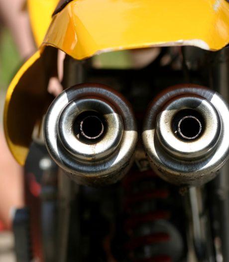 Motorrijder zonder rijbewijs maakt wheelie en geeft valse naam op in Roosendaal